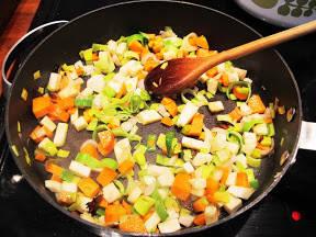 Slik lager du kraften: purre, løk, gulrot, selleri, stjerneanis og kaffirlimeblader surres i litt olje.