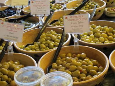 Olivener i bøtter og spann.