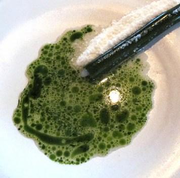 Knivskjell fra norskekysten med pepperrotsnø og muslingkraft med dillolje