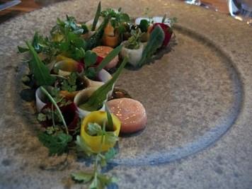 7 typer marinerte grønnsaker med kalvemarg og svinekraft.