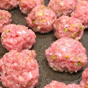 Form små boller og stek dem i pannen med lite olivenolje.
