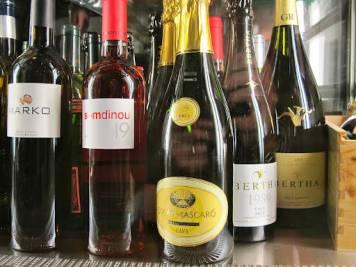 Ikke vin i butikk, men hos serveringsstedene.