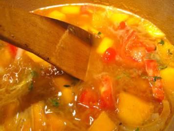 Hell på en liter vann og sett lokk på og kok på medium varme 45 minutter. Etterpå smaker du til om det trengs mer salt og pepper før du har suppen over i en blender (eller bruker stavmikser) for å få en glatt og fin suppe. Pass på når du har varm væske i en blender. Ikke ha for mye i blenderen av gangen, for varmen gjør at det flommer over og det kan bli fryktelig mye gris og søl. Litt av gangen, altså:-)