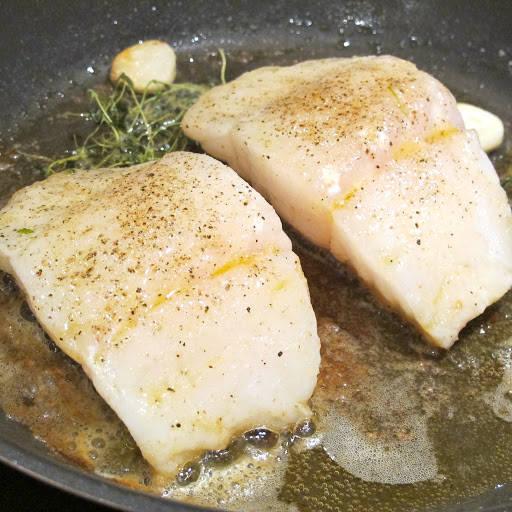 Stek i pannen med smør og olje, hvitløksfedd og timian.