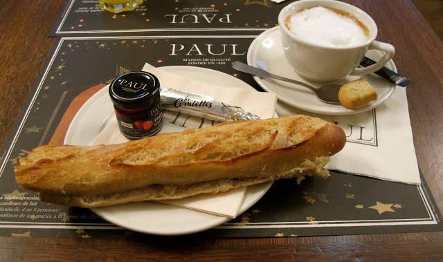Hos bakerkjeden Paul får du en slik frokost for 5,10 euro. Knasende ferskt brød med en deilig krukke syltetøy, smør og varm drikke (+ kjeks) er en skjønn start på dagen.
