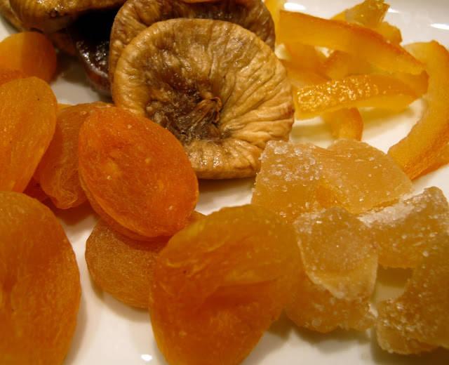 Tørkede aprikoser, kandiserte ingefær, kandiserte appelsinskall og fiken.