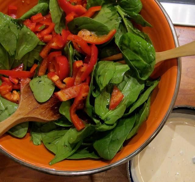 enkel salat og rømmedressing på siden