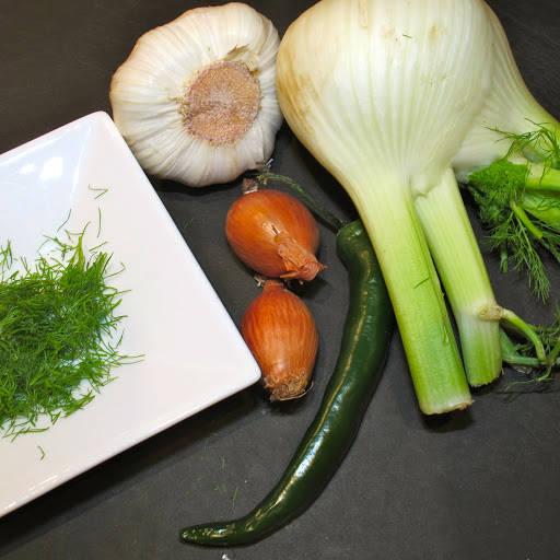 Du trenger fennikel, sjalottløk, grønn chili, 2 fedd frisk hvitløk og krydderdusken fra fennikelen. Sitronskall, kremfløte, parmesan og noen andre urter passer også godt. Bruk gjerne litt frisk koriander eller basilikum.