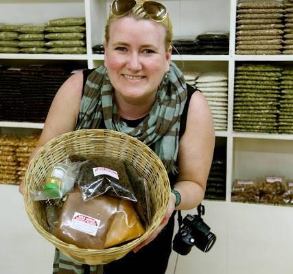 Krydderlykke i Kerala, India! Her ser du bloggeren med en stor kurv økologiske krydder. Går jo ikke an å ikke være smørblid da!