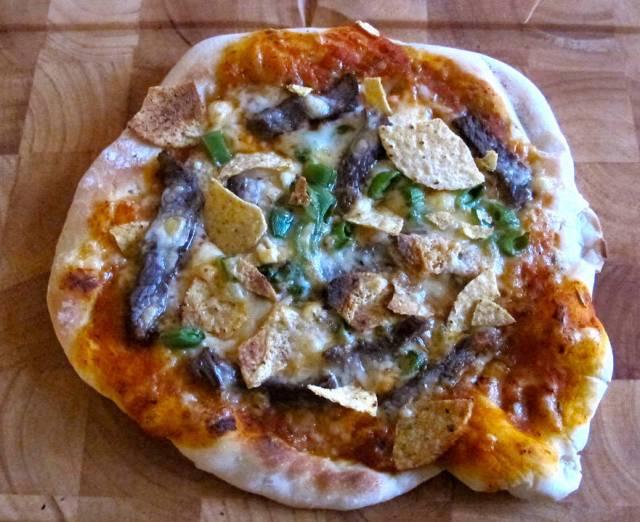 Mads' pizza med biff, sukkererter og nachoschips.
