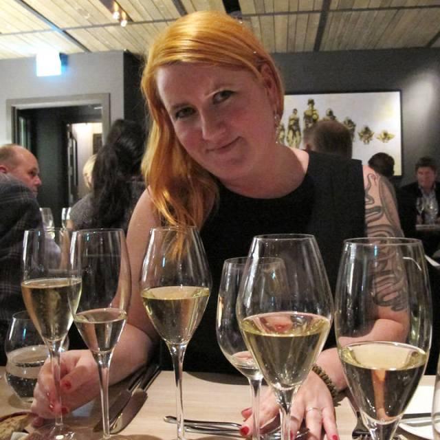 Bloggeren med et arsenal av champagneglass