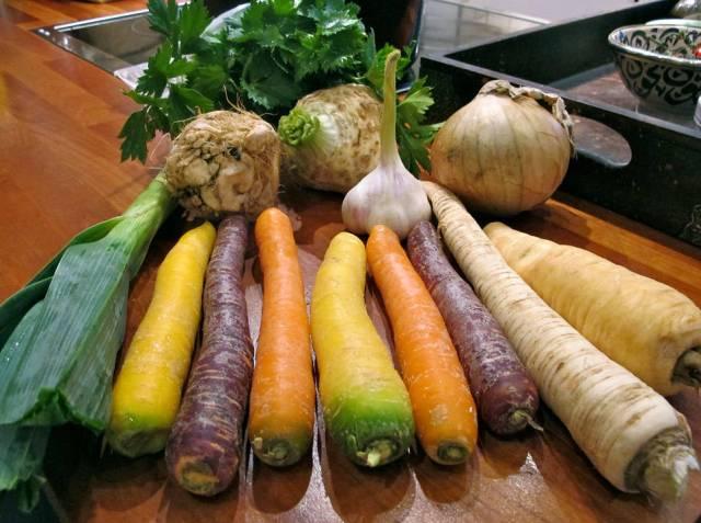 Grønnsaker. Fargerike gulrøtter får du på større supermarkeder om dagen. Persillerot, sellerirot, løk og pastinakk