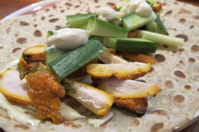 Chicken tandoori i lefse med majones og agurk.
