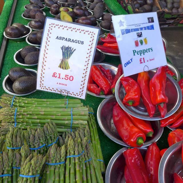 Fristende grønnsaker på fristende marked.