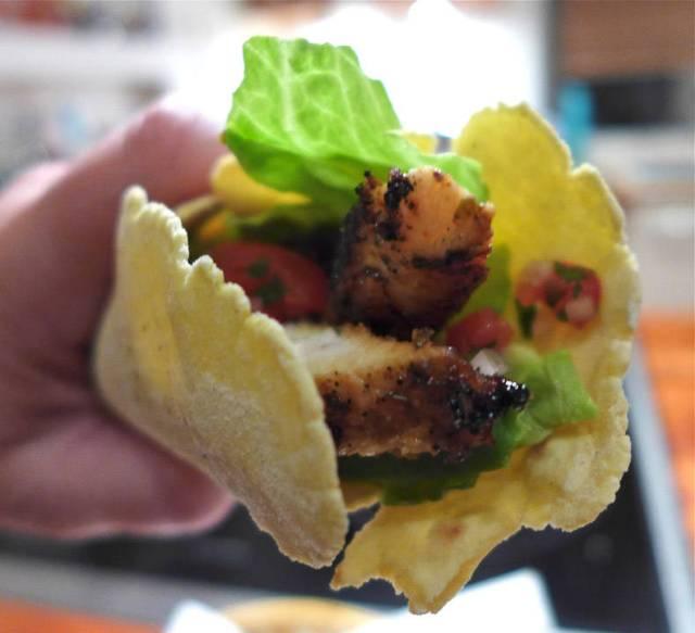 Det er da mye lettere å spise tortilla som er myk enn de knasende tacoskjellene der alt renner ut?