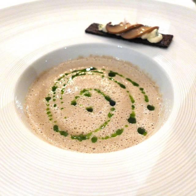 Nydelig, kremet økologisk soppsuppe med rugtoast med syltet sopp og kremost på toppen. Persilleolje op suppen.