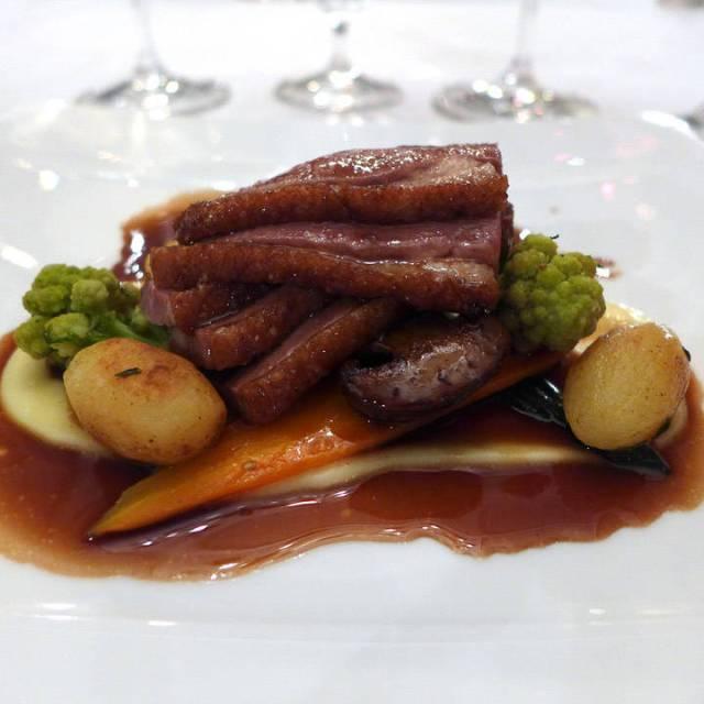 Andebryst med pastinakkpuré, brokkoli og saus laget på bringebæreddik. Servert med en deilig australsk shiraz.
