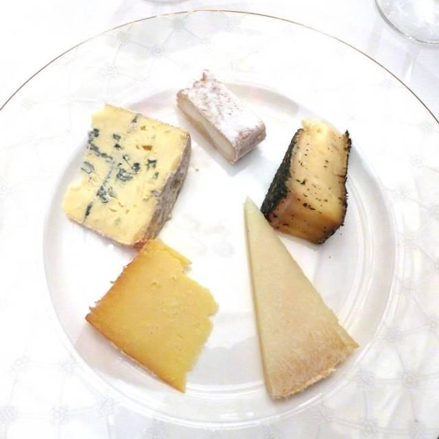Mitt ostefat. Jeg måtte velge mellom 14 lokale oster. Det var ikke lett.