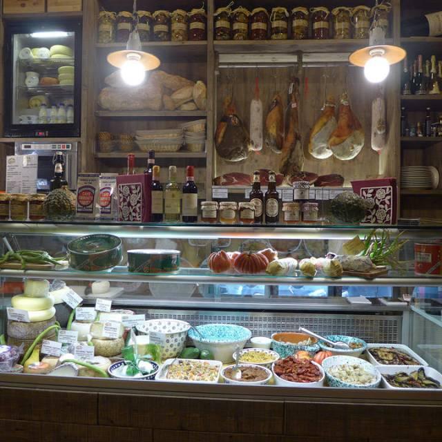 Herlige pølser, oster og skinker