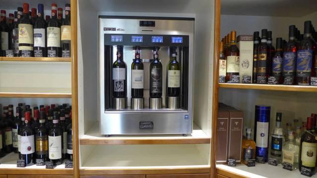 Kjøp et vinkort og smak deg gjennom butikken... Vel, da må du fylle på kortet noen ganger, for det er mange maskiner her.