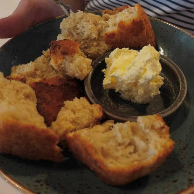 Herlig nybakt brød og nykjernet smør