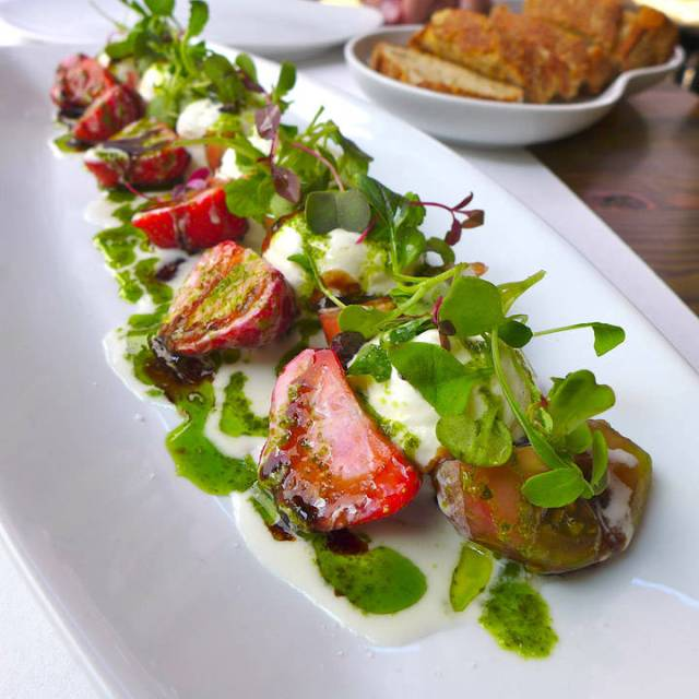 Den vakreste salaten: Tomat, jordbær, basilikumolje og parmesanskum.