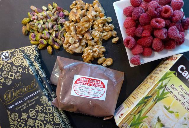 Nøtter, bringebær, sukker, kakao som jeg kjøpte inn i India og deilig sjokolade.