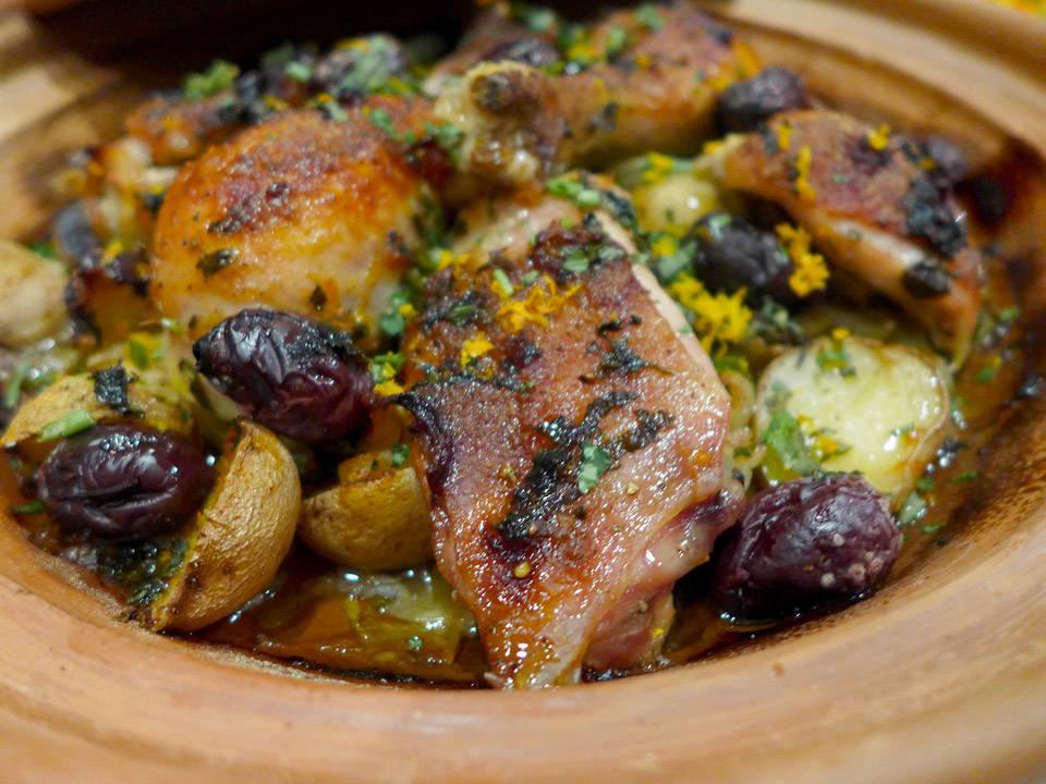l1080430 - Supersaftig kylling med appelsin og oliven bakt i leirgryte