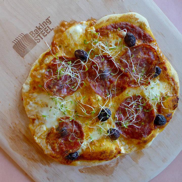 Pizza med fennikelsalami og oliven. Namme-nam!