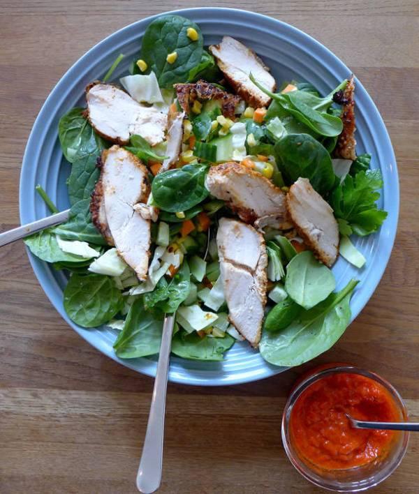 Kyllingsalat med rester, agurk, spinat og chili.