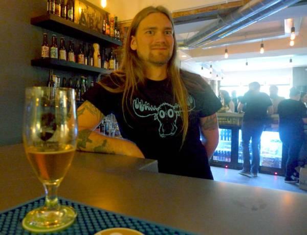 Vegard i baren.