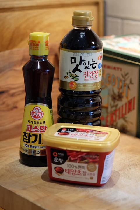 Koreansk soya, sesamolje og rød chili paste. Alt dette får du på Asian Food Market i Oslo eller asiatiske butikker. Men du må ikke ha koreansk soya eller sesamolje hvis du ikke finner det. Velg andre asiatiske alternativer.