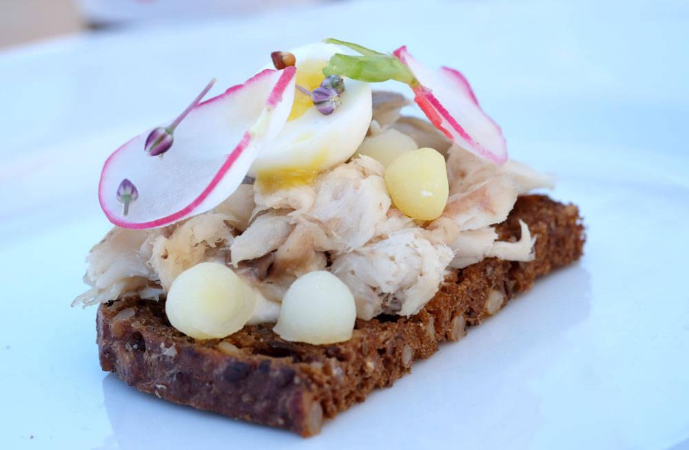 """""""Sol over Vesterbro"""" fra Skank. En versjon av """"Sol over Gudhjem"""" der det brukes røkt sild og rått egg. Her er det deilig makrell og vaktellegg som er brukt."""