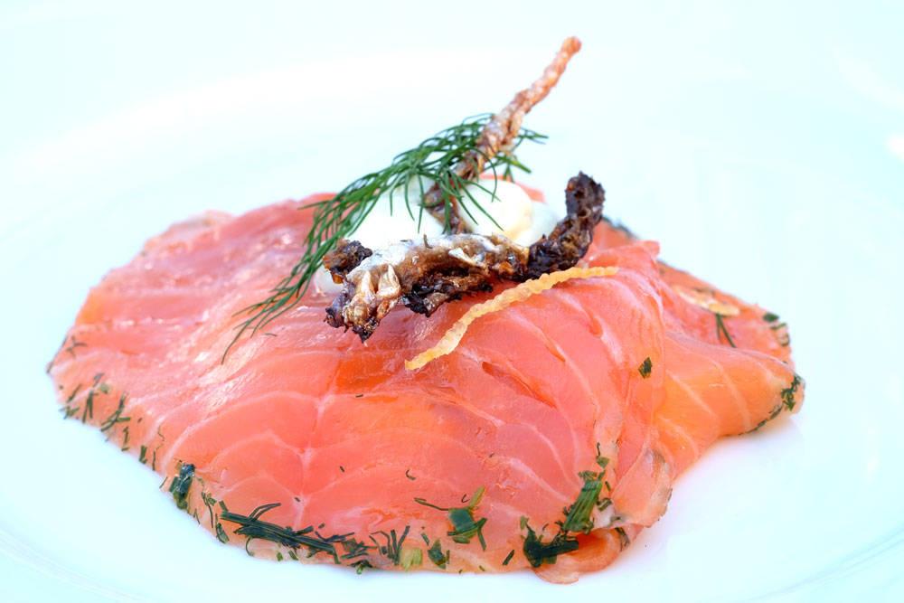 Restaurant Kronborgs lekre laksesmørrebrød på lyst brød.Gravet laks med urter og lime og fritert lakseskinn.