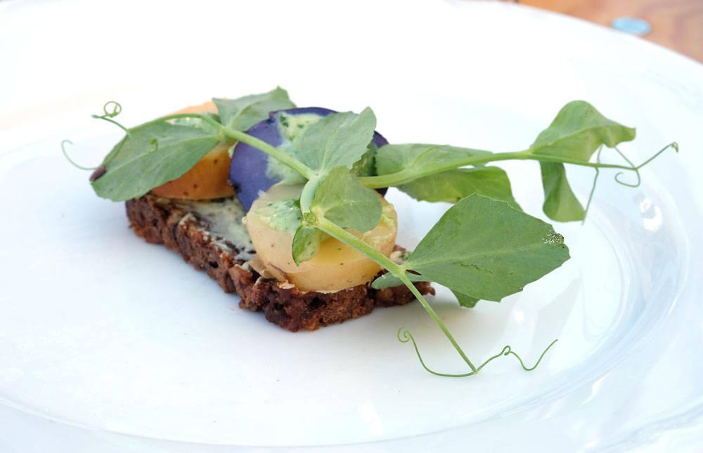 Potetsmørrebrød fra Fru Nimb. Sommerpoteter og blå kongo med majones og erteblomst.
