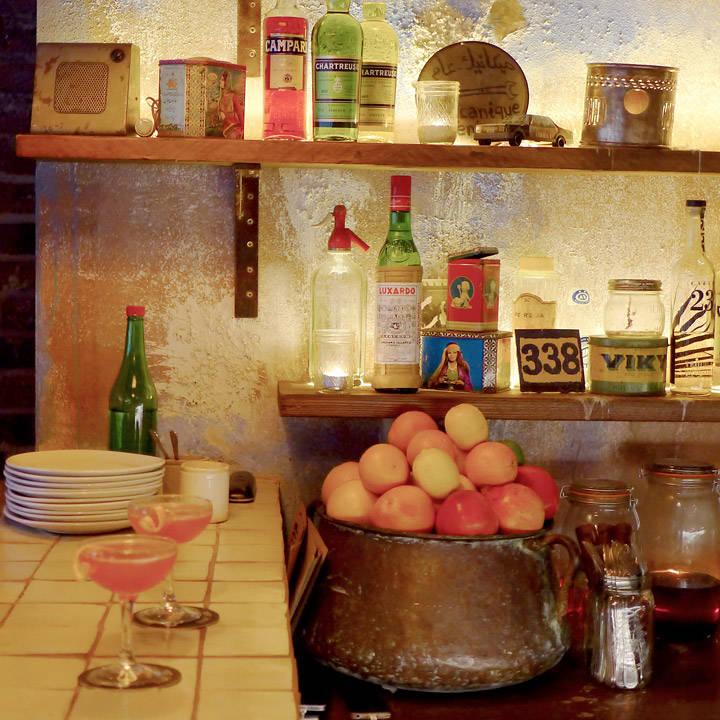 Men det er ikke bare maten og det helt fantastiske interiøret som gjør Berber & Q. Det er den heftige musikken, vinutvalget og ikke minst cocktailene – som har en twist av Midtøsten og Nord-Afrika. Som f.eks denne: HARISSA ROSE MARY, Berber's bloody Mary w/house smoked vodka, rose harissa. Jeg elsker slike kreative komposisjoner.