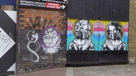 Grafitti på jernbanebrua som skiller det kule fra det turistifiserte.