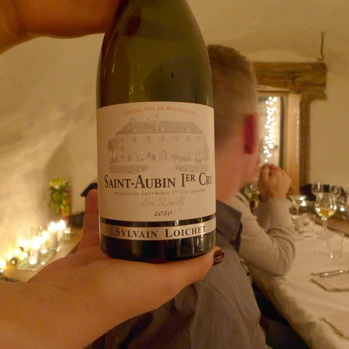 Vinen med stor V! Deilig smøraktig smak, litt som smaken av nypoppet popcorn. Perfekt til kveiteretten.