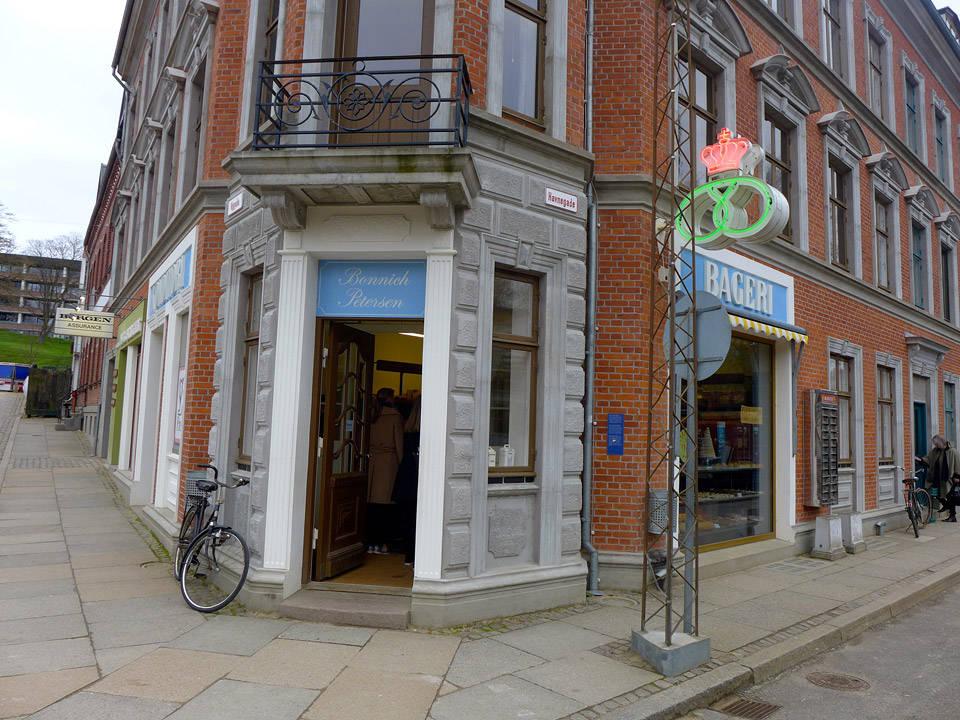 I Den Gamle By finner du Danmark i miniatyr fortalt gjennom flere tidsepoker. Her er konditoriet Café Bonnich slik det var innredet i 70-årene.