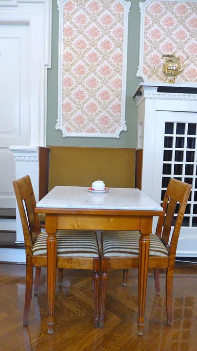 Cafeen er indrettet i 1922 som de moderne udenlandske wienercafeer. Inventaret i konditoriet er skapt helt i tidens nyklassicistiske stil med forenklede former og lyse farver og med elementer inspireret av antikkens verden.