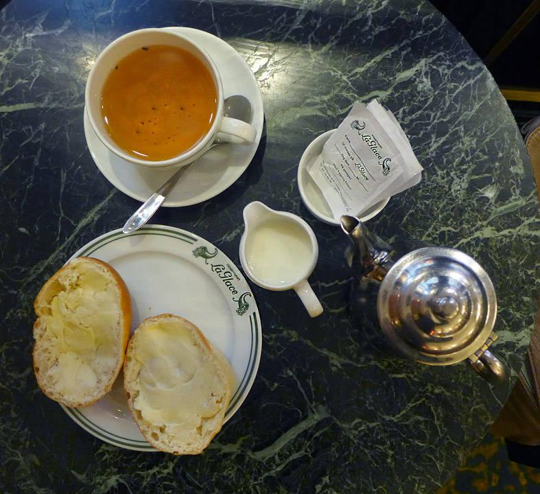 Te og teboller med smør.