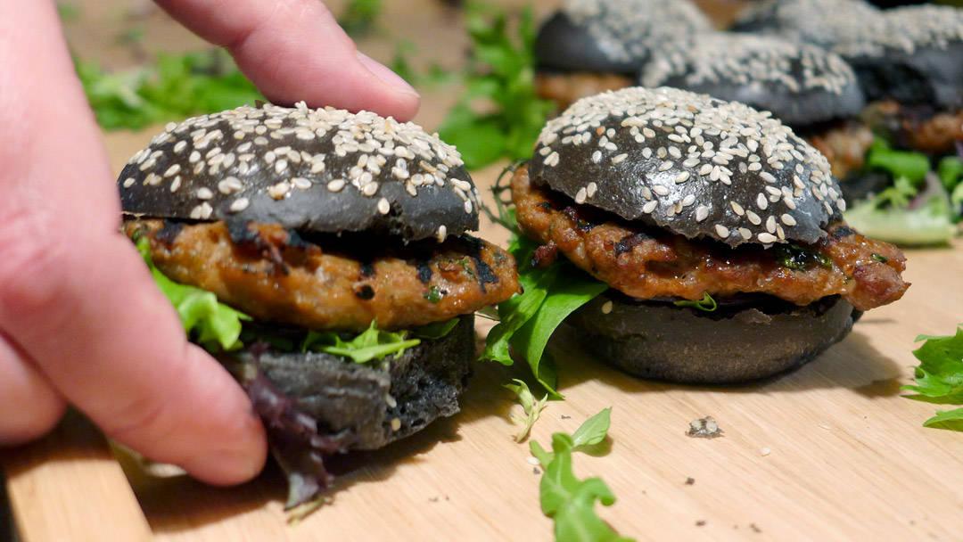Sliders i sorte brød laget av blekksputblekk, grillede burgere laget med øl og akevitt. Så yum!.