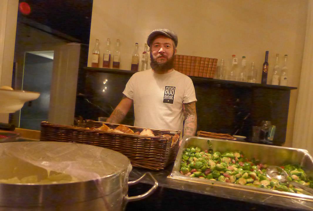Even Ramsvik serverer den aller siste retten på Ylajali. Nattmat for festløver: Viltgryte med potetpuré og rosenkål med bacon.
