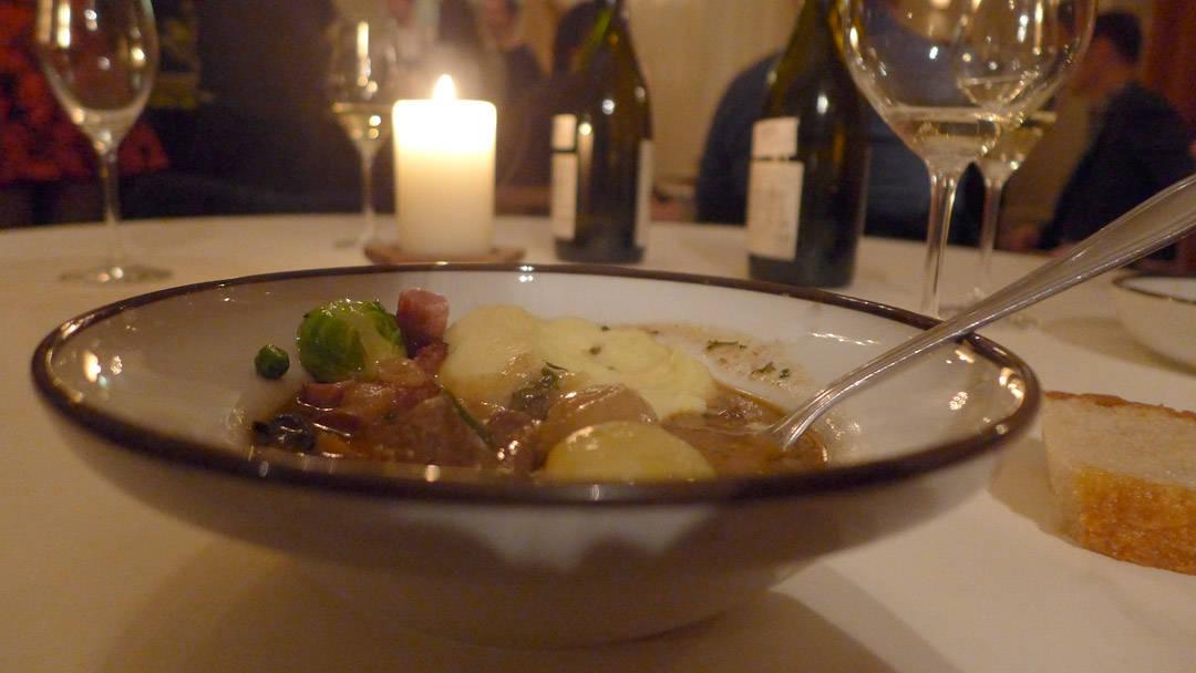 Nattmat. Som matblogger kommer jo selvsagt dette obligatoriske bildet: Viltgryte med potetpuré, bacon og rosenkål.