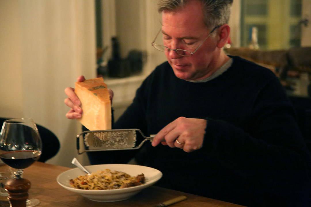 Erik elsker parmesanost.