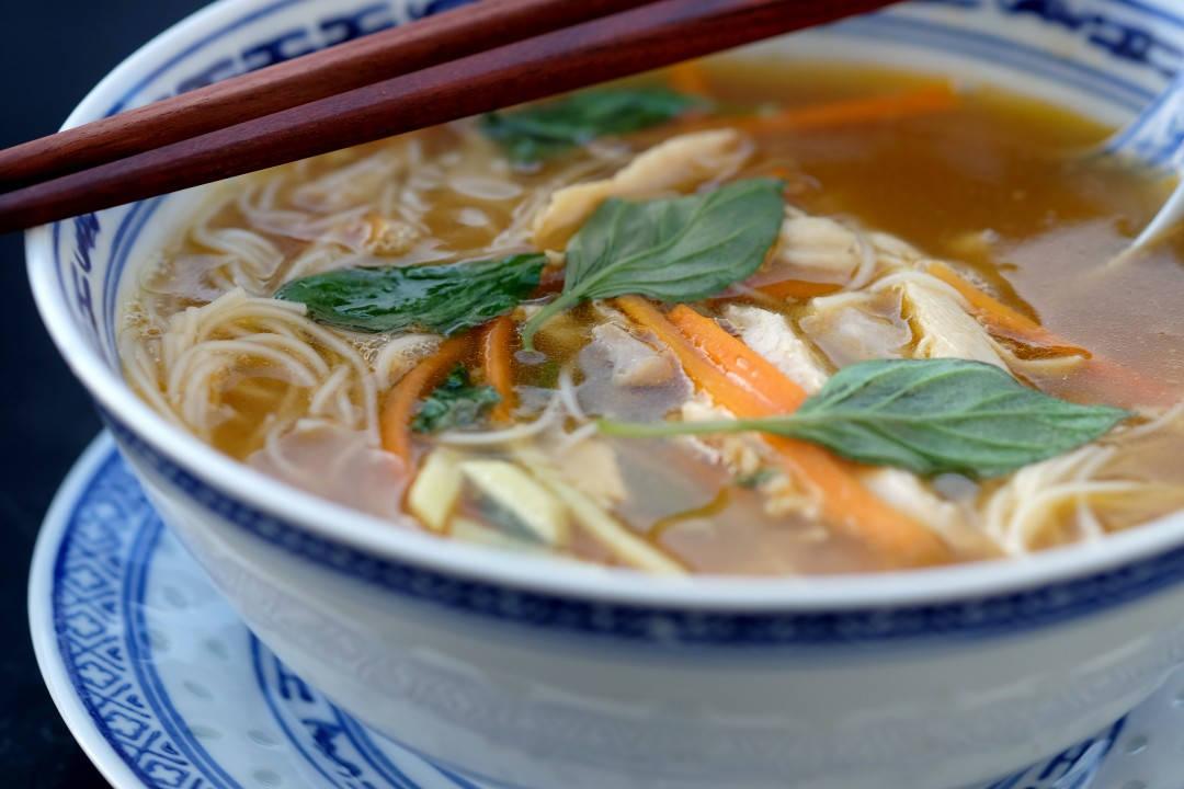 Deilig, asiatisk kyllingsuppe som metter skikkelig.
