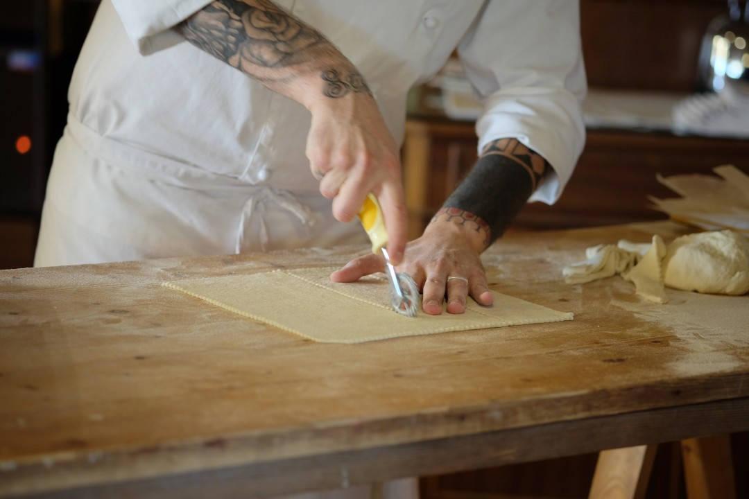 Luciano skjærer kvadrater. Men du kan velge den formen du selv vil.