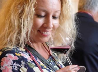 Vibeke Montero fra reisebloggen Bortebest.no nyter et glass Lambrusco på vinfestivalen.
