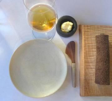 Vi skal over til nok en klassiker: brød og smør. Smør laget på geiteyoghurt.