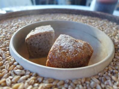 Nybakt brød laget på nymalt hvetemel, salt og vann. På Maaemo baker de kun hvetebrød når kornet er ferskt. På vinteren bruker de fjorårets poteter.
